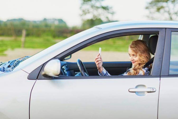 chick in car selfie - New California law expands restrictions on cellphone use behind-the-wheel