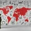 Business Mann vor Weltkarte an Wand