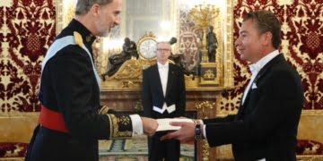 Ambassador of Antigua and Barbuda Dario Item (R) and King Felipe of Spain (L)