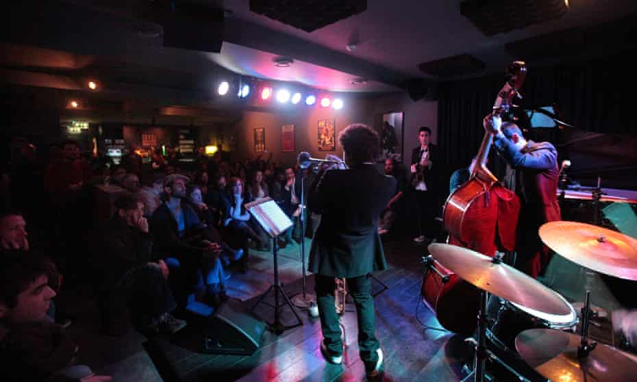 musician w audience